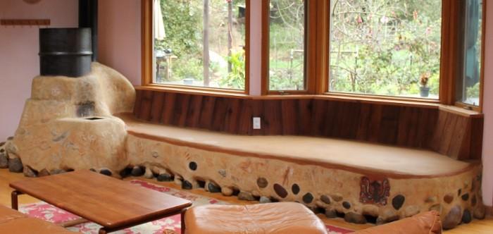 Piec rakietowy jako element salonu - bardzo wygodna i ciepła kanapa.